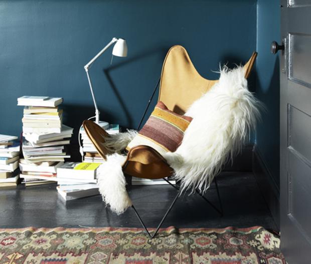 Dormitorio pintado en azul oscuro detalle silla butterfly_620x527