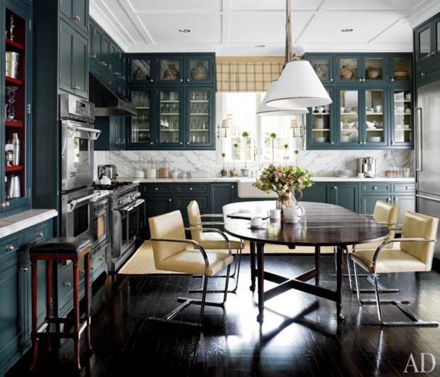 O closet de louças foi retirado, o que aumentou a sensação de espaço na cozinha. As cores escuras, atuais e sofisticadas
