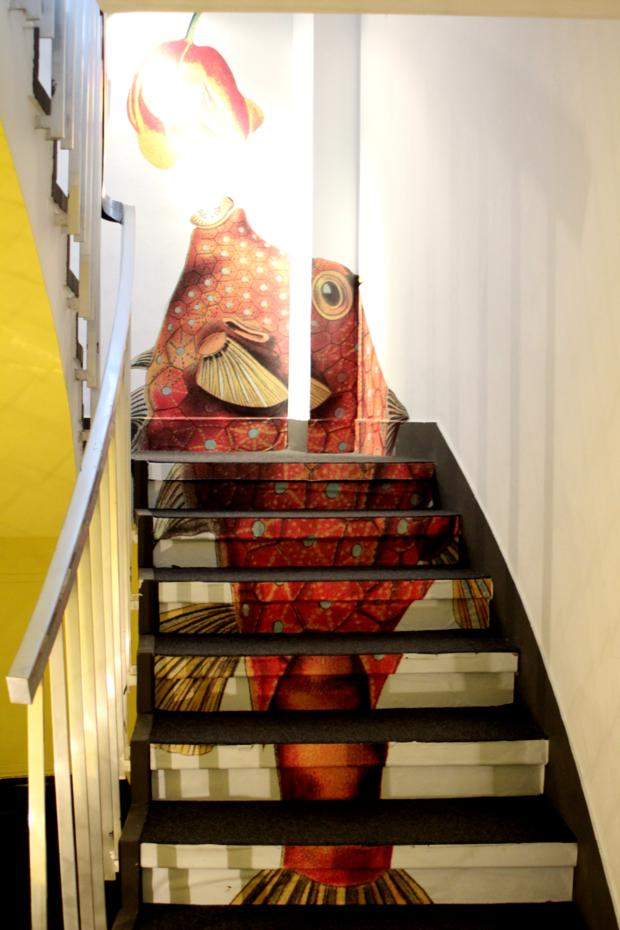 O desenho acompanha as escadas
