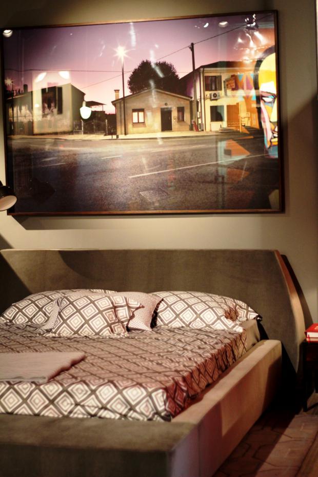Atmosfera masculina no quarto. Na verdade, os ambientes são, como em todo loft, integrados, e a delimitação é percebida pelo uso correto de cores e mobiliário, por exemplo.