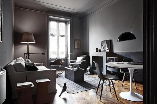"""O cinza das paredes acolhe com elegância a cadeira de balanço e a escultura """"Bird"""", de Charles Eames."""