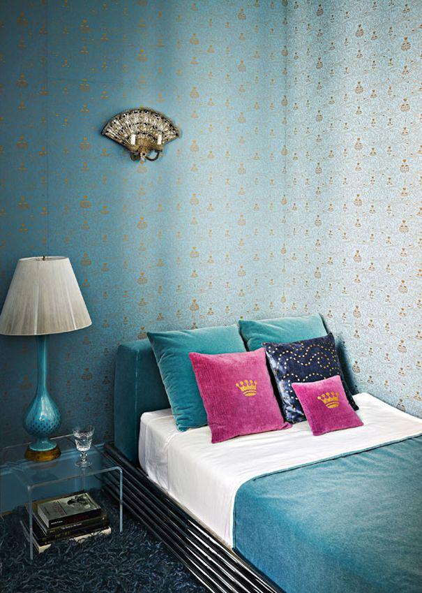 O aplique na parede, lindo, pode ser substituído por um pequeno quadro com moldura antiguinha.