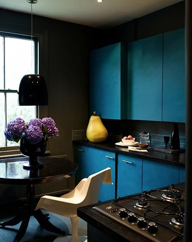 Na cozinha, o azul aparece como protagonista.