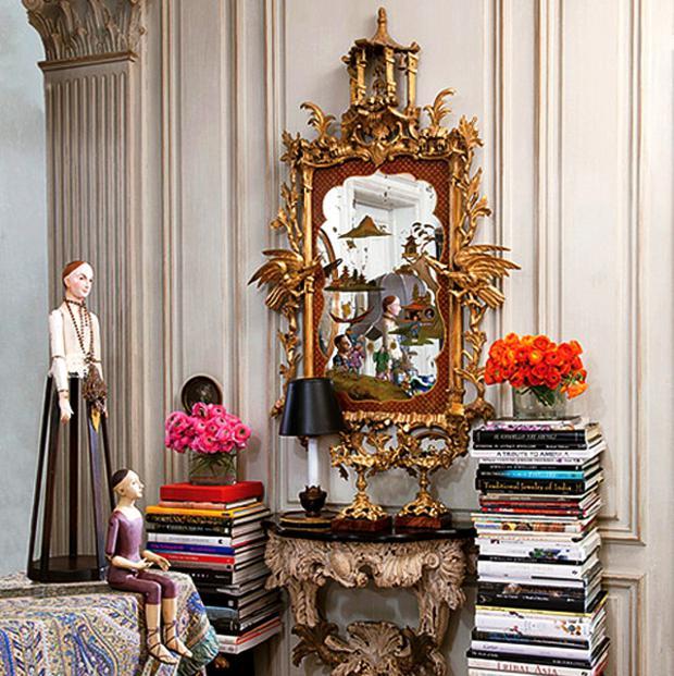 decoracao de interiores estilo frances:Na entrada do apartamento, pilhas de livros ladeiam console italiano e