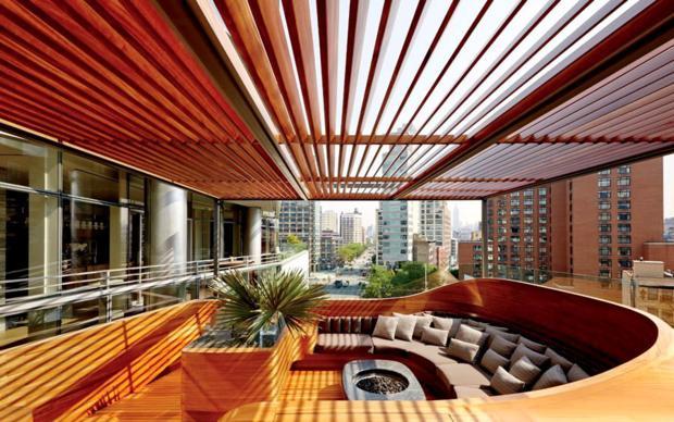 O terraço recebe mobiliário em mogno maciço e lareira feita especialmente para o espaço.