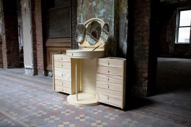 Inspirada nas antigas penteadeiras, a Beauty Bar de Karlin, que pode ser fechada após o uso.