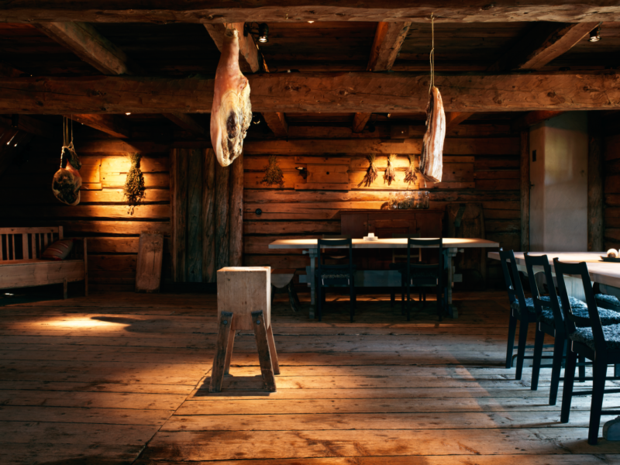 O salão do Fäviken Magasinet com peças de carne penduradas.
