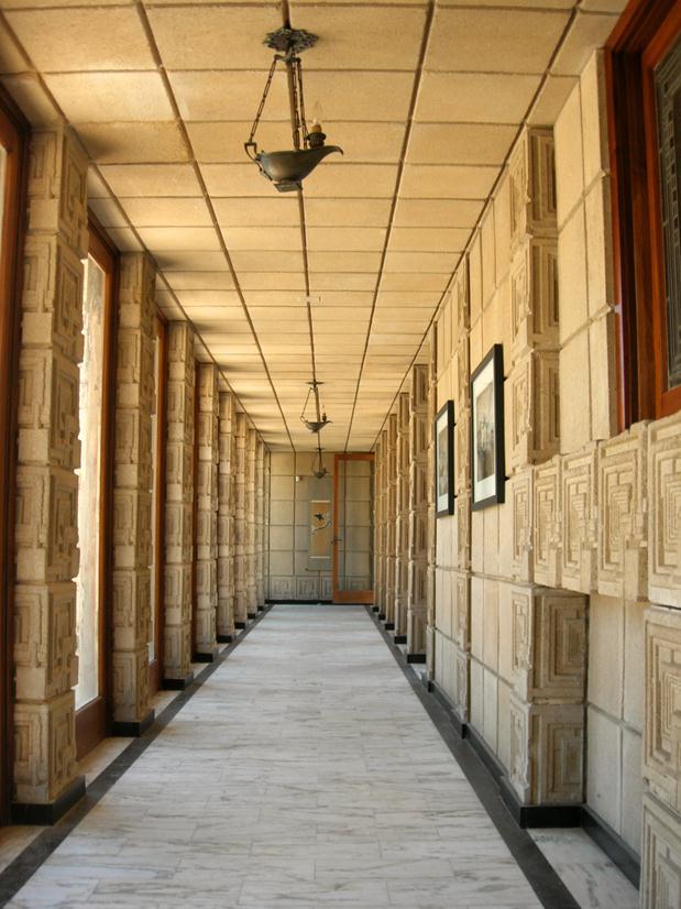 O lindo hall de entrada de Ennis House.