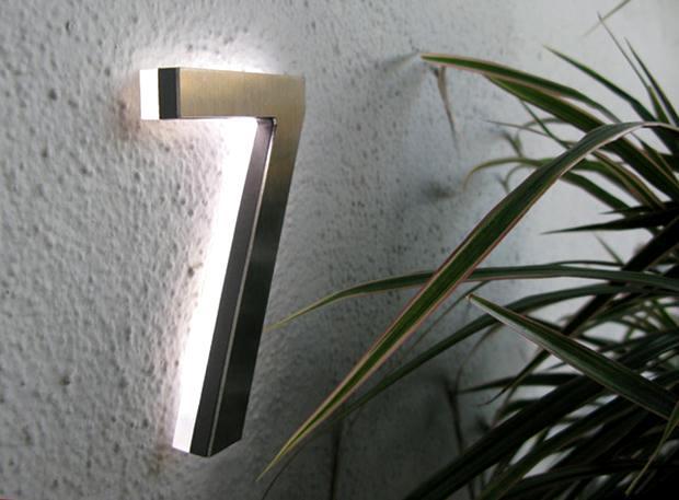 Iluminado por LED, o número é bem elegante e visível, inclusive a noite.