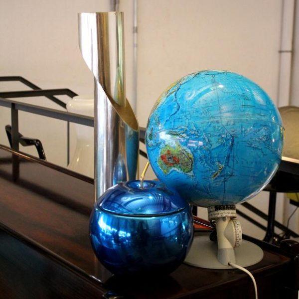Luminária globo azul, geleira em forma de maçã e luminária de mesa cromada, tudo anos 1970.