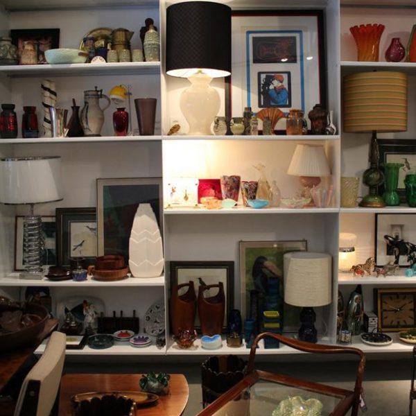 Na estante, abatjour de murano com pó de ouro – anos 50 e carrinho de chá em jacarandá Giuseppe Scapinelli dos anos 1960.