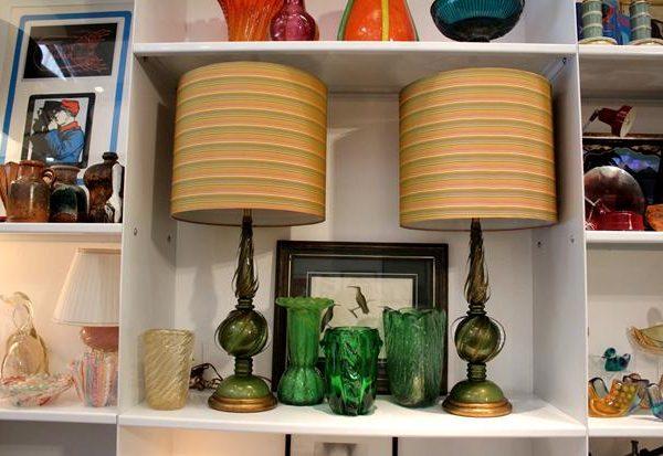 Par de abatjoures em murano verde com pó de ouro dos anos 1950. Difícil escolher entre tantas peças lindas do acervo.