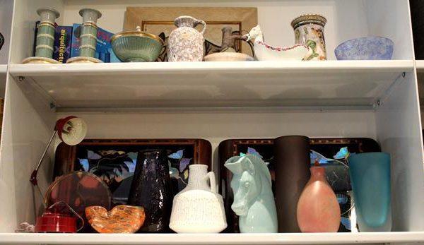Objetos em cerâmica e vidro dos anos 1950 e 1960.