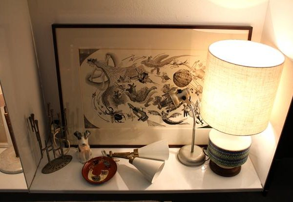 Obra em nanquim – A fuga da lua – da artista Gerda Brentani, de 1966  faz companhia ilustre ao abatjour em cerâmica italiana anos 1960.
