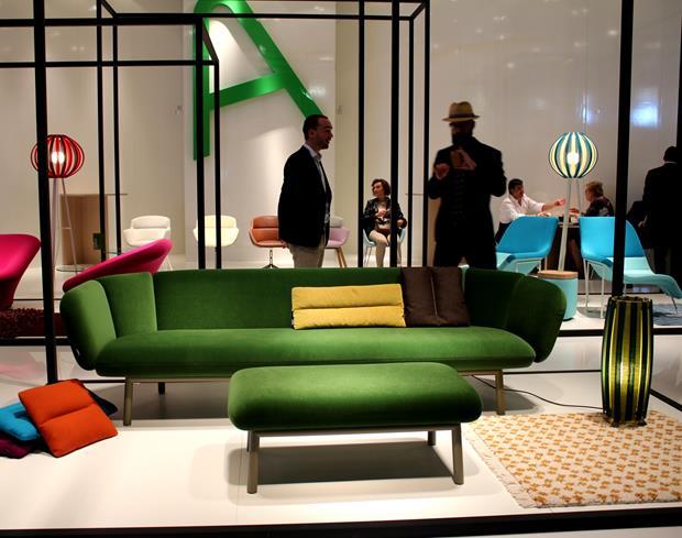 A cor do sofá pode ser mais ousada, linda e ainda combinar com tudo, como é o caso do verde. Esqueça um pouco o beje!!