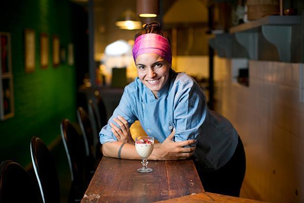 A linda Renata Vanzetto, chef prodígio, dona da rede Marakuthai e do Ema.