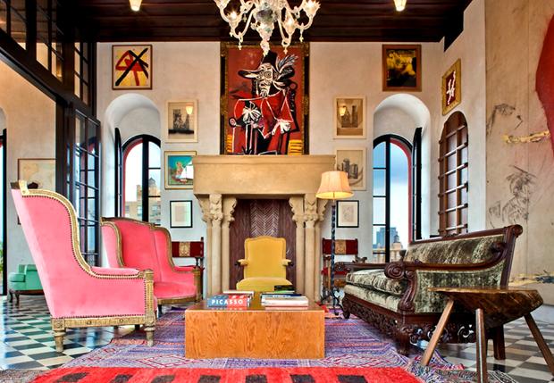 O living lindo no apartamento de Julian Schnabel.
