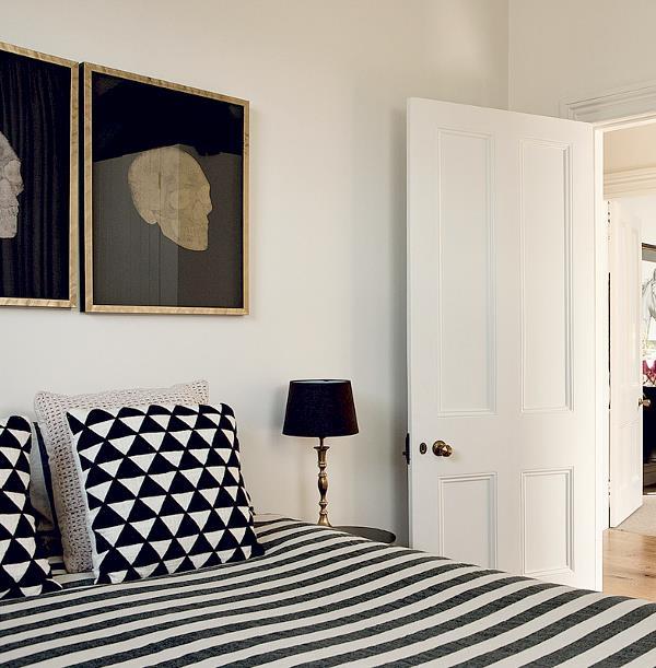 O quarto do casal no clássico preto e branco.