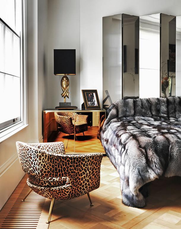 Sobre a cama, colcha em pele de raposa Dolce & Gabbana. A poltrona revestida em tecido de onça, refletida na mini cômoda, faz uma soma de dourados muito interessante, e em perfeita harmonia quente-frio.