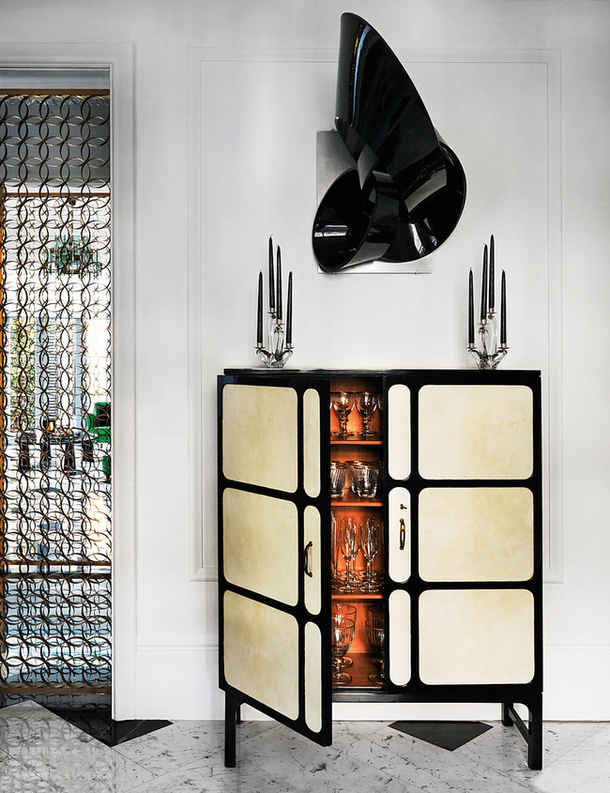 A cor laranja do interior do móvel bar, confere charme especial a peça.