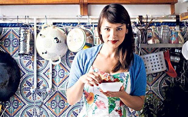 Rachel Khoo em sua pequena cozinha parisiense.