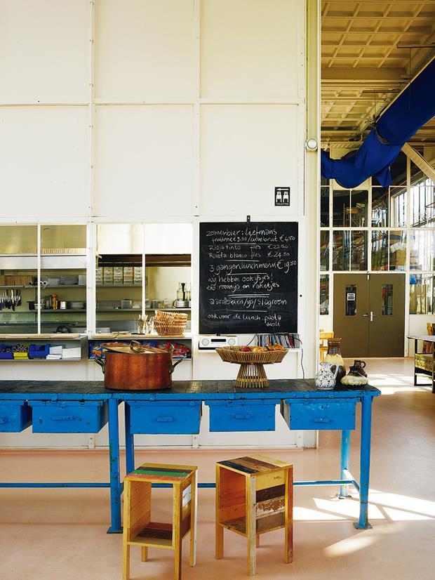 No bar, cerâmicas vintage fazem companhia a fruteira e mesinhas Piet Hein.
