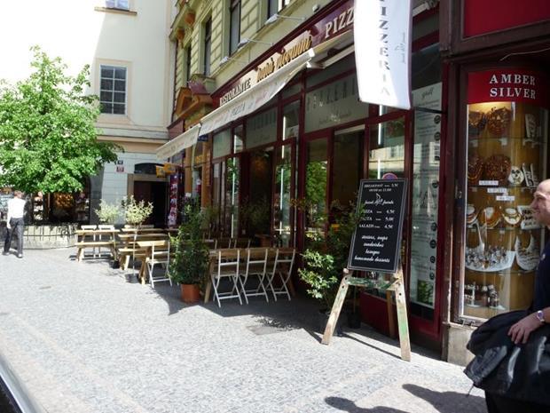 Fachada do U Dvou Sester, restaurante em Praga.