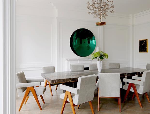 Na sala de jantar, uma obra do artista Anish Kapoor trono acima da lareira. Ao redor da mesa Hervé Van der Straeten, poltronas Pierre Jeanneret (Downtown Gallery). Paavo Tynell lustre, mesa Sterling Ruby.