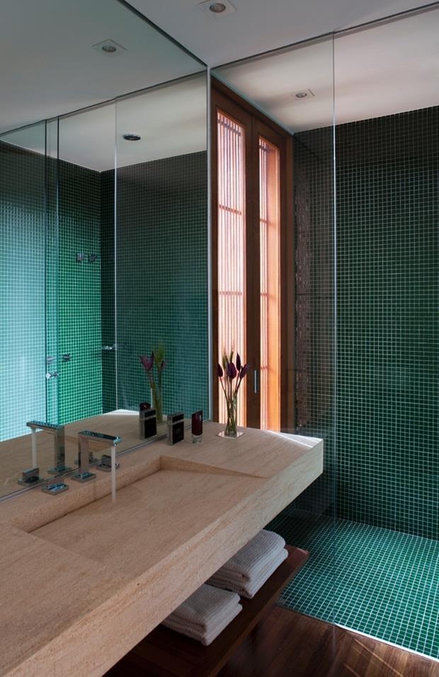 pastilhas os-banheiros-da-casa-man-design-de-galvez--marton-arquitetura-tem-boxe-de-pastilhas-de-vidro-vitrocolori-piso-de-madeira-cumaru-marcenaria-hydrotec-e-pias-em-marmore-1385054570276_765x1181 (Copy)