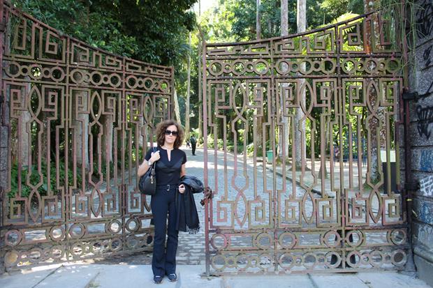 Eu, em frente ao portão, maravilhoso, do Parque Lage, no Rio de Janeiro.