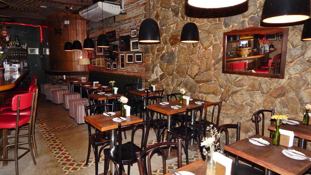 Vista geral do restaurante de inspiração espanhola.