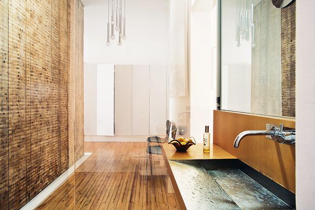 Elegância pura no banheiro que recebeu vidros refletores que ficam opacos ao toque.