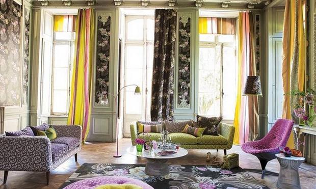 Repare que as cortinas são diferentes. A do meio repete o padrão da parede, e a mistura de estampas impera. Não economize na ousadia!