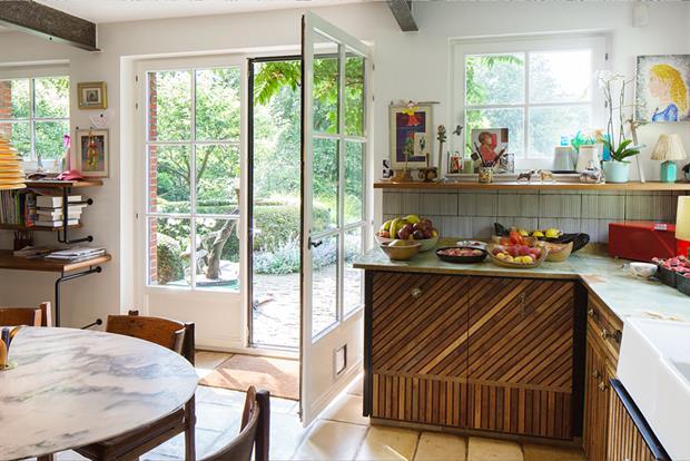 A cozinha, bem campestre e rústica, é banhada pela luz natural dá acesso ao jardim.
