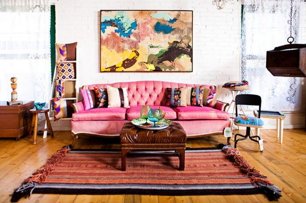veludo pink-sofa-in-colorful-eclectic-decor