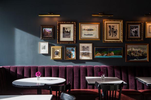 Olha que linda esta combinação de parede e sofá. Aqui, The Buchanan Hotel, em São Francisco.