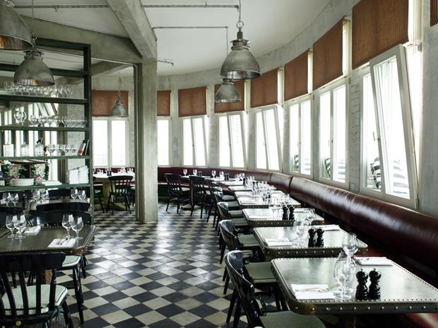 Tachas nas laterais das mesas piso quadriculado super clássico e