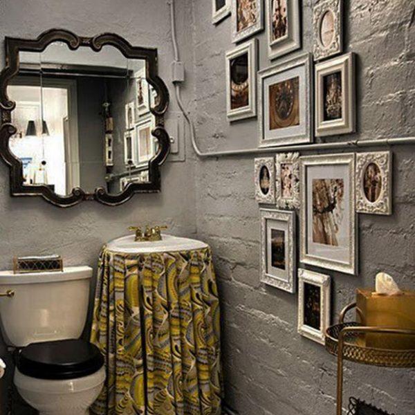 Olhe que bacana a pia recoberta pela saia, como se usava antigamente. O espelho avança além da pia, em solução ousada. Os canos foram, corretamente, pintados na mesma cor. Adorei!
