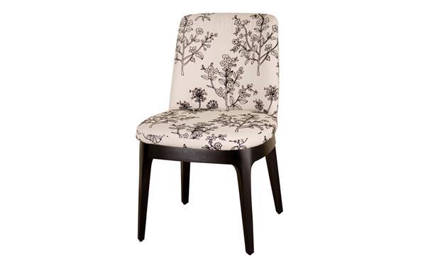Da Lider Interiores, essa cadeira tem altura média e não compromete o visual da sala. Aposte em tecidos mais animados.