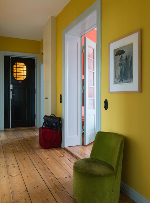 O corredor amarelo é energia pura, e faz contraste bacana com o pufe em veludo, mais formal.