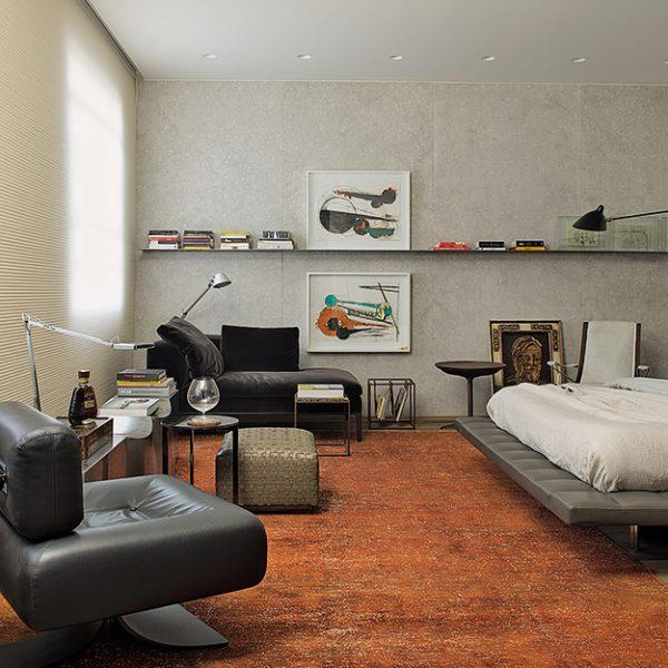 A Suíte do Casal, assinada por Catarina e Renata Hermanny tem como protagonista a poltrona Alta, de Oscar Niemeyer.