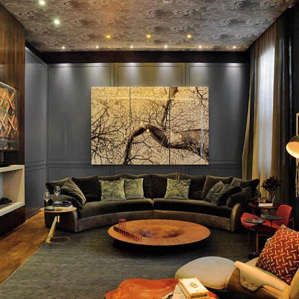 Sala dos Amigos assinada por Denise Barretto, tem clima intimista e masculino, com muito azul e cinza. Lindo!