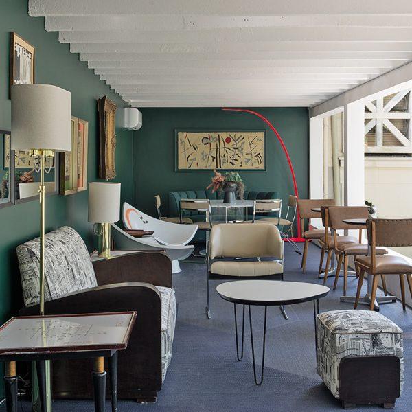 Maravilhoso, o Bar do Terraço de Gustavo Jansen, recebeu mobiliário nacional com a estética dos anos 1970.