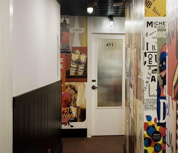 Humor e descontração nos corredores de acesso aos quartos.