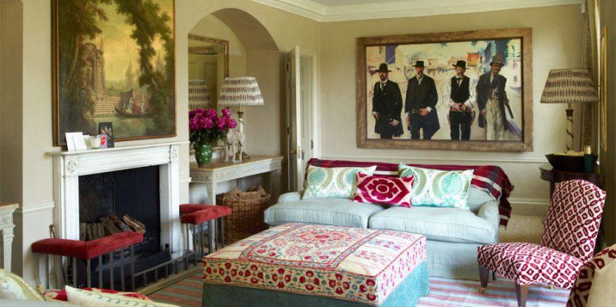 O living colorido da casa de campo da designer inglesa.