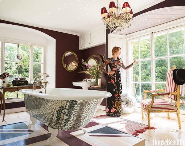 No banheiro da suíte master, a banheira espelhada sobre plataforma pintada com a bandeira inglesa é protagonista absoluta.