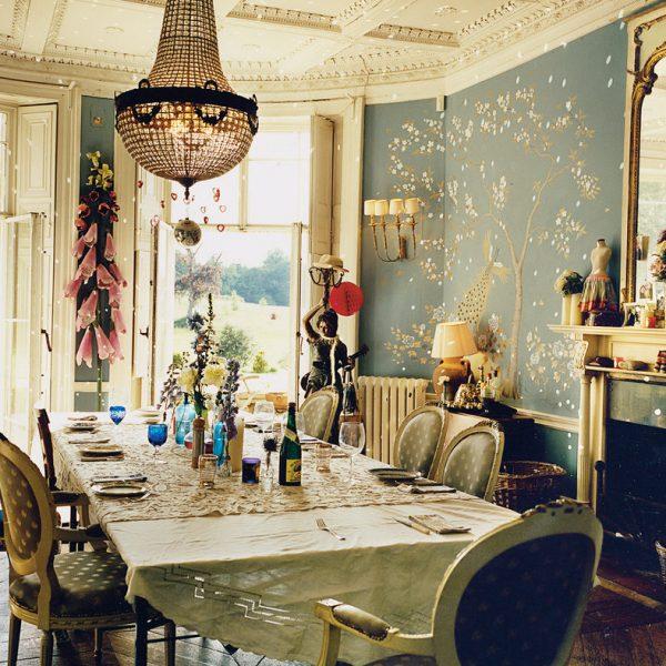 Frederick Wimsett assina o painel em tons de azul da parede da sala de jantar.