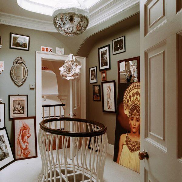 O patamar da casa recebe retratos e quadros da família. O globo espelhado quebra a sisudez do conjunto.