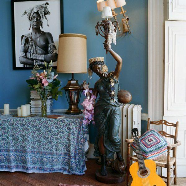 A foto feita pela irmã de Alice na Etiópia faz companhia à luminária de piso antiga, presente dos pais.