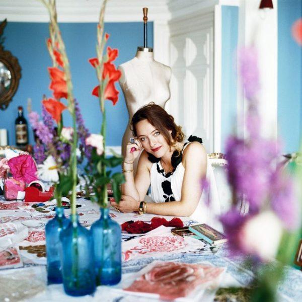 A linda Alice Temperley usa a mesa de jantar da casa de campo para trabalhar.